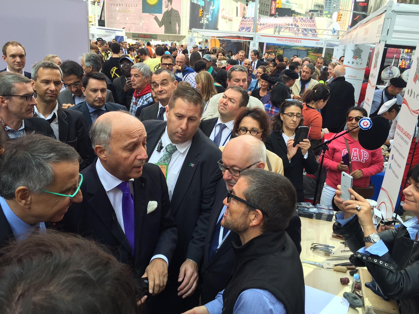 Le ministre Laurent Fabius a reçu un Laguiole 100% made in France des mains de Thierry Moysset.