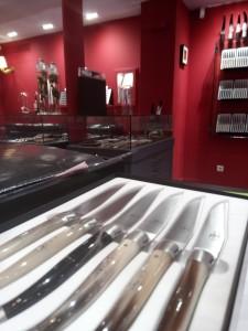 Bien exposé, ce coffret de 6 couteaux laguioles de table, manche en pointe de corne, finition satinée.